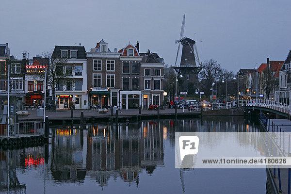 Gracht und Windmühle in Leiden  Niederlande