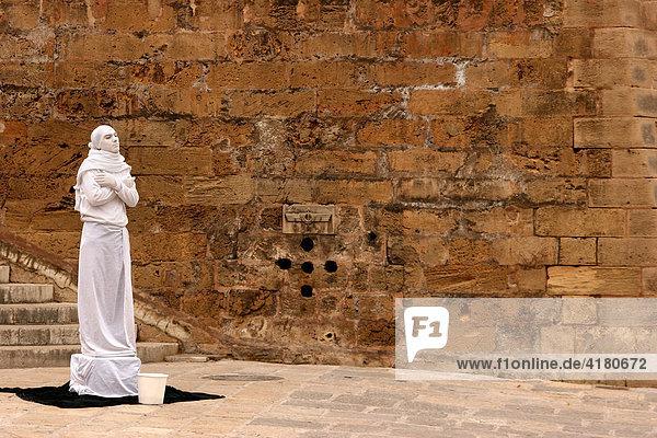 Weiss gekleideter Strassenkünstler in der Altstadt von Palma de Mallorca  Spanien  Europa