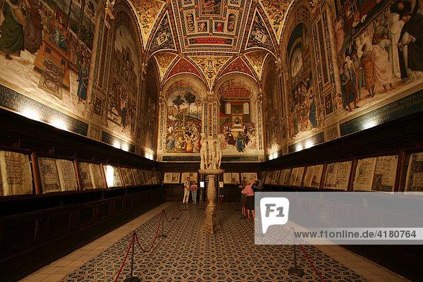 Pinturicchios berühmte Fresken und die Sammlung der Chorbücher  Libreria Piccolomini  Dom von Siena  Toskana  Italien  Europa