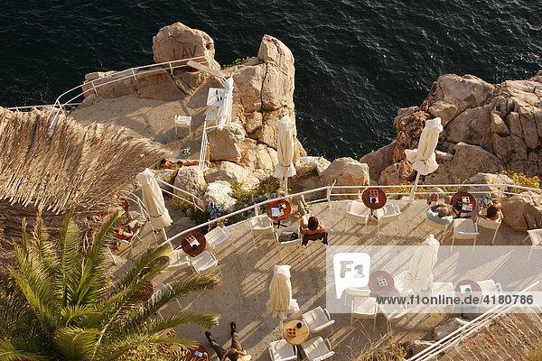In die Felsen am Meer gebautes Cafe  Altstadt  Dubrovnik  Kroatien  Europa