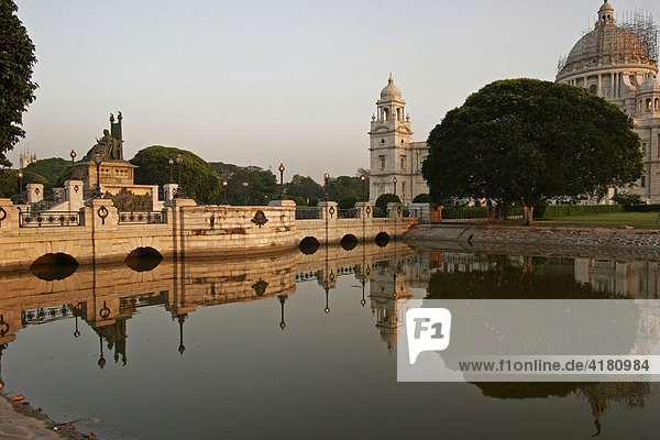 Wassergraben am Victoria Memorial Kolkata  Westbengalen  Indien  Asien
