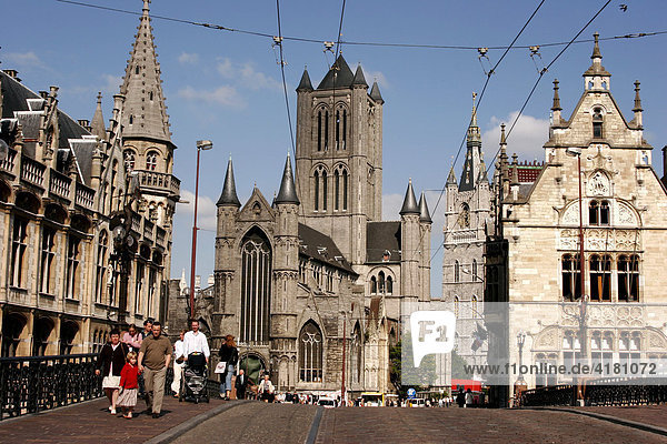 Berühmte Genter Türme: der Turm der St. Nikolaus-Kirche  der wuchtigen Belfried aus dem 14. Jahrhundert und der Turm der St. Baafs-Kathedrale Gent Belgien Europa