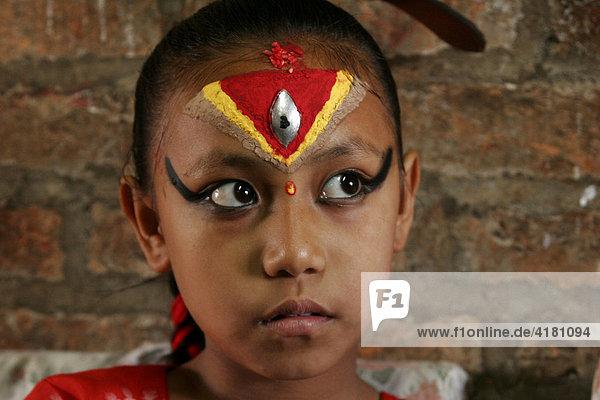 Die als Göttin vereehrte Kumari von Bhaktapur gilt als eine Inkarnation der hinduistischen Göttin Durga  Bhaktapur  Nepal  Asien