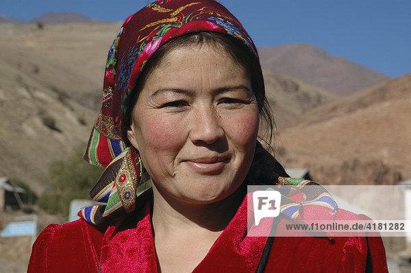 Portrait junge Bäuerin Usbekistan