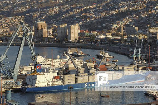 Frachtschiffe im Hafen von Puorto Montt Chile