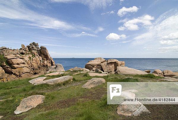 Felsen und Panorama an Cote de Granit Rose  Granit de Rose  Bretagne  Frankreich