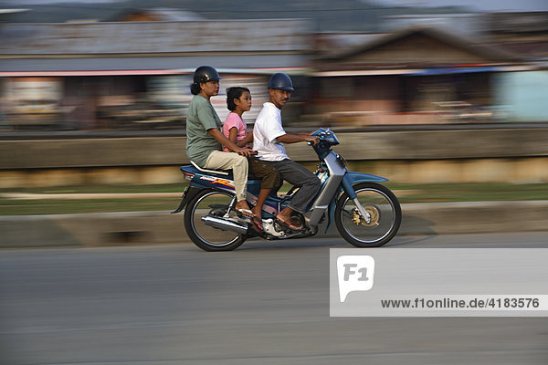 Familie auf Motorrad in Tenggarong  Ost-Kalimantan  Borneo  Indonesien