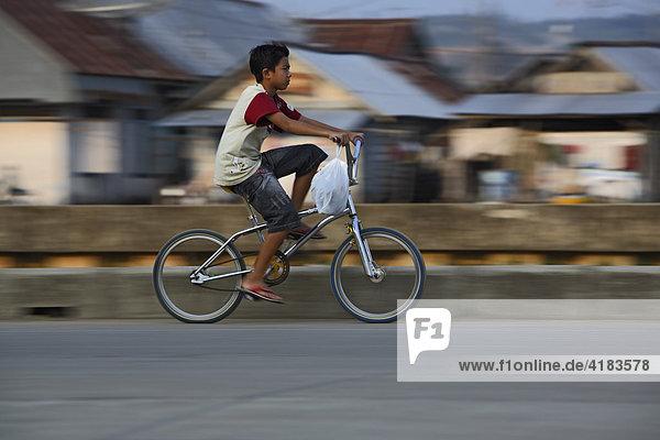 Junge auf Fahrrad in Tenggarong  Ost-Kalimantan  Borneo  Indonesien