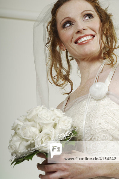 Braut mit weissem Brautstrauss