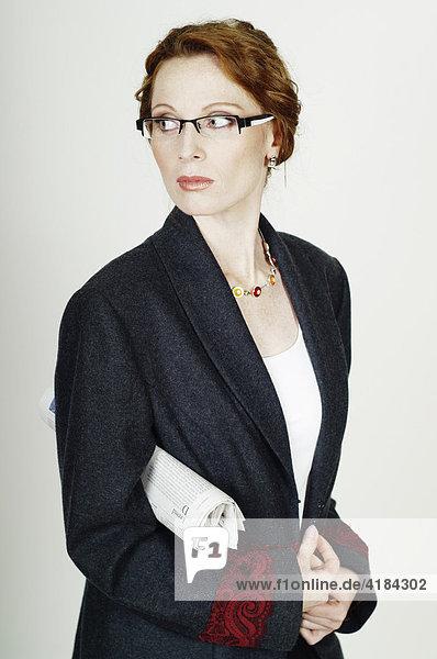 Geschäftsfrau  Business Frau mit Brille und Zeitung
