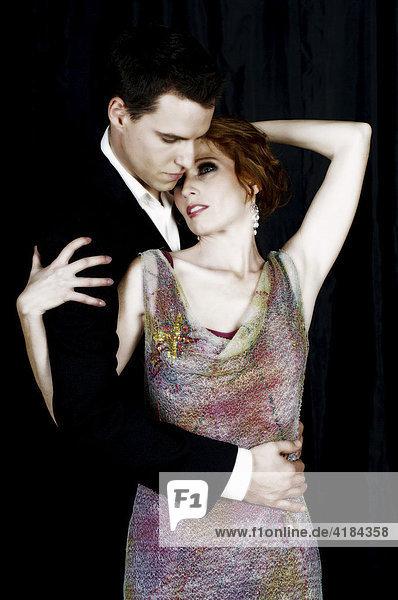 Paar in verführerischer Pose in Abendkleidung