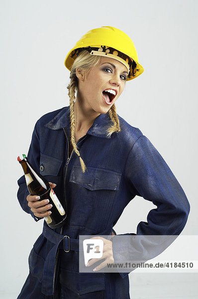 Junge Frau Als Bauarbeiterin Mit Bauhelm Und Bierflasche