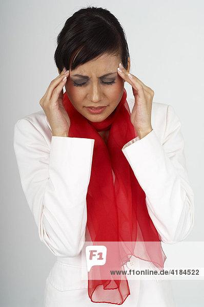 Junge Frau hat Kopfschmerzen