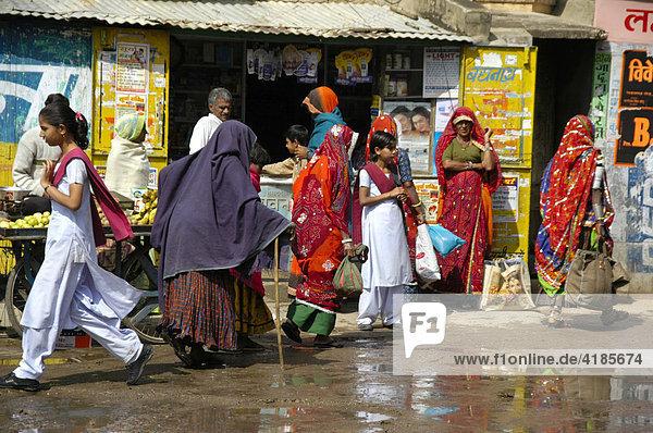 Bunte Straßenszene  viele Menschen vor einer Wand mit Plakaten  Lachmangarh  Rajasthan  Indien  Asien