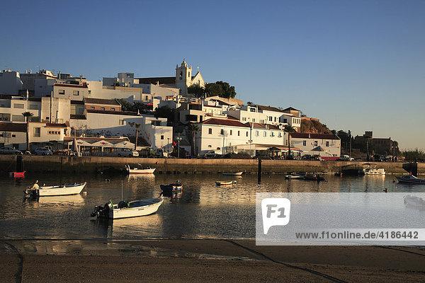 Ferragudo und Bucht Rio Arade im Abendlicht  Algarve  Portugal