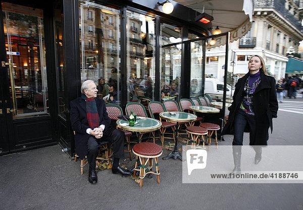 Mann beobachtet Frau beim Cafe de Flore im Quartier Saint-Germain-des-Pres  PARIS  FRANKREICH