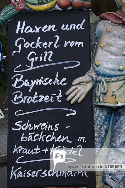 Mit Kreide auf einer Schiefertafel geschriebenes Speiseangebot Mit Kreide auf einer Schiefertafel geschriebenes Speiseangebot
