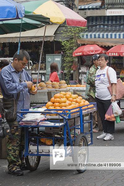 Verkaufsstand auf einem Markt in Bangkok  Thailand  Asien