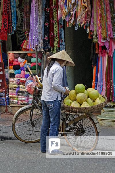 Obstverkäuferin in Hanoi  Vietnam