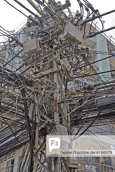 Typischer Strommast und Verteiler in Saigon, Vietnam, Asien ...