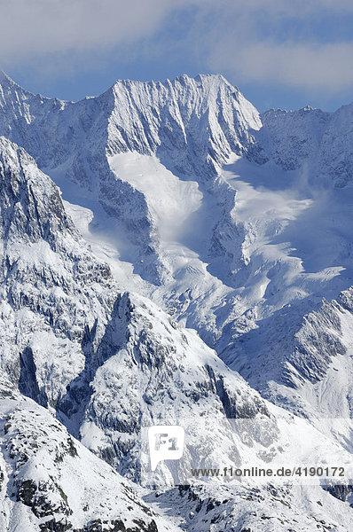 Frisch verschneite Berge im Aletschgebiet  Goms  Wallis  Schweiz