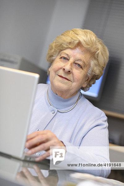 Alte Dame mit Laptop