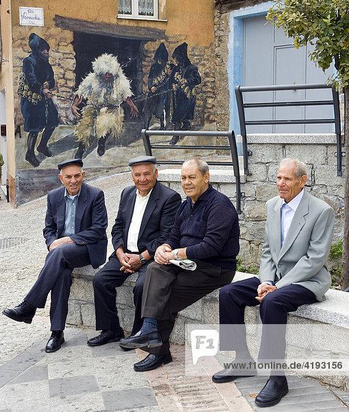 Plaudernde Männer  Bergdorf Fonni  Sardinien  Italien
