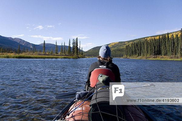 Paddlerin in beladenem Kanu auf dem Quiet Lake  Herbstfarben  Yukon Territorium  Kanada