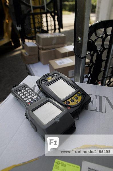 Ein deutscher und ein Schweizer Scanner für Päckchen und Pakete der Post.