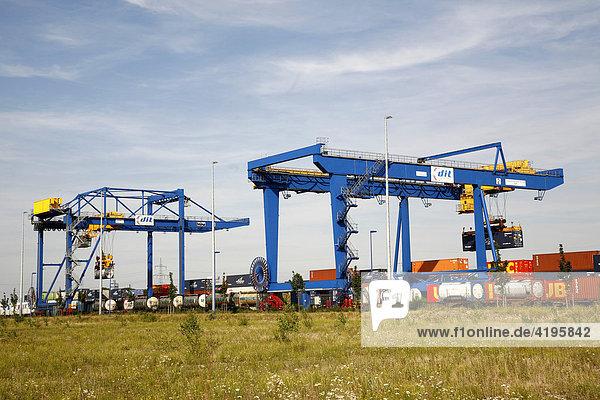 Container-Kräne  Hafen Duisburg  Nordrhein-Westfalen  Deutschland Container-Kräne, Hafen Duisburg, Nordrhein-Westfalen, Deutschland