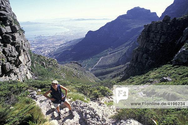 Wanderung auf Tafelberg in Kapstadt Suedafrika
