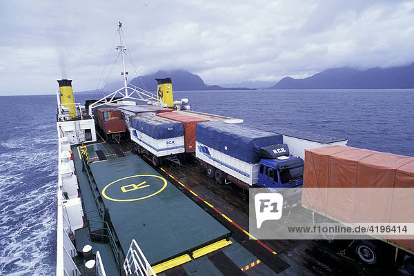 Containerschiff Faehre in der Magellanstrasse Chile