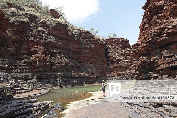 Mann wandert in Kalamina Gorge Karijini National Park Pilbara Region Westaustralien WA