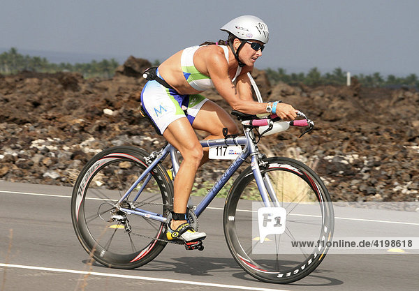 IIronman-Triathlon-Weltmeisterschaft in Kailua-Kona: Gina Kehr (USA) auf der Radstrecke in Hawaii  USA