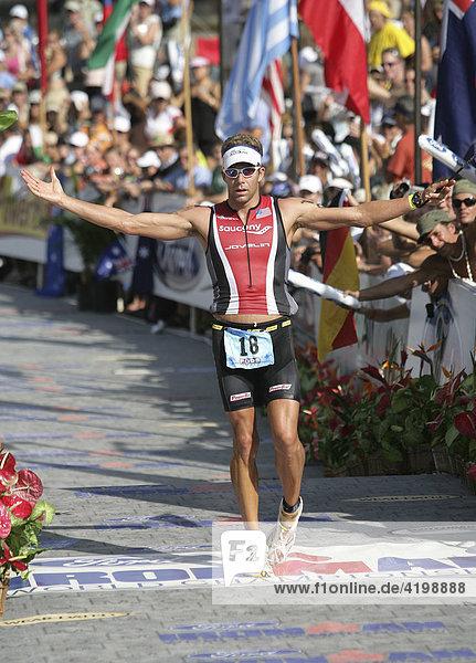 Der Triathlon-Profi Michael Lovato (USA) bei der Ironman-Triathlon-Weltmeisterschaft im Ziel in Kailua-Kona  Hawaii USA.