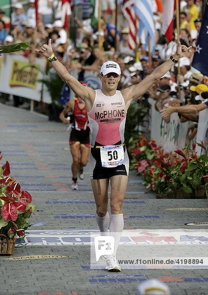Der dänische Triathlon-Profi Tommy Nielsen (DEN) bei der Ironman-Triathlon-Weltmeisterschaft im Ziel in Kailua-Kona  Hawaii USA.