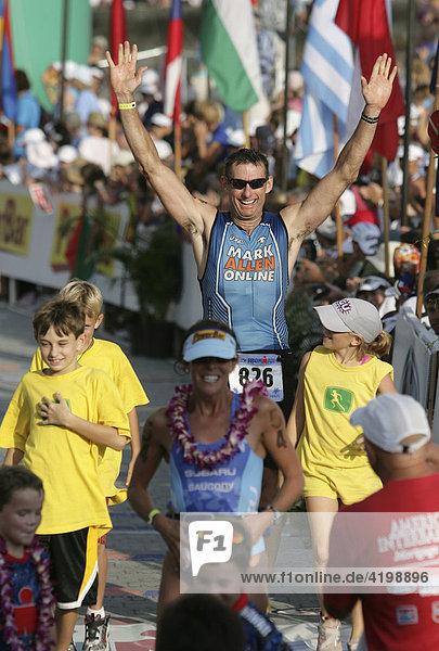 Robert Schloegel (USA) bei der Ironman-Triathlon-Weltmeisterschaft im Ziel in Kailua-Kona  Hawaii USA.
