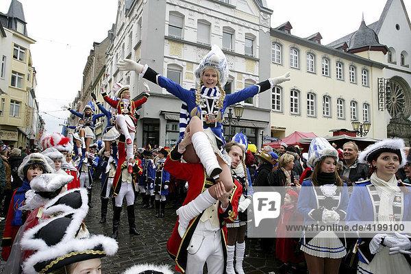 Rosenmontagszug in Koblenz  Rheinland-Pfalz  Deutschland: Funkenmariechen auf den Schultern eines Gardemajors