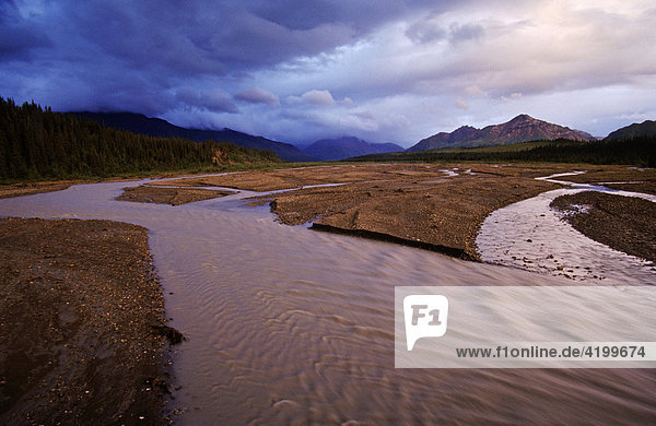 Gewitterwolken entleeren sich in der Alaska Range  Denali N.P.  Alaska  USA