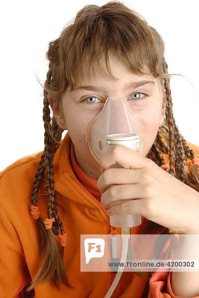 Mädchen inhaliert mit Inhalator