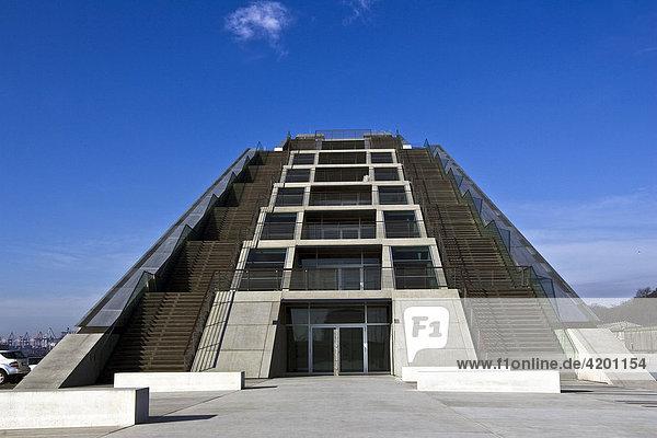 Modernes Bürogebäude Dockland an der Elbe im Fischereihafen Hamburg mit Treppenaufgängen  Hamburg  Deutschland
