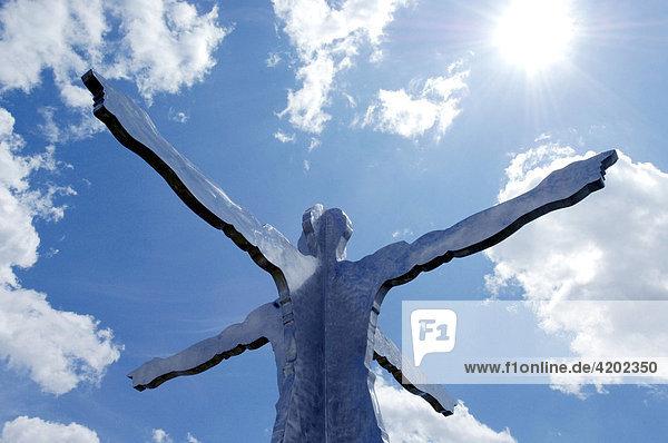 Skulptur  Windrose. Arme zeigen in alle Himmelsrichtungen.