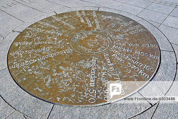 Auf dem Münsterplatz werden auf einer Kupferplatte die Entfernungen zu anderen Städten angezeigt  Ulm  Baden-Württemberg  Deutschland