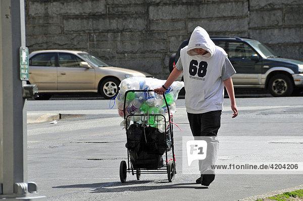 Viele sozial schwächer gestellte Menschen leben vom Pfandsammeln  Manhattan  New York City  USA