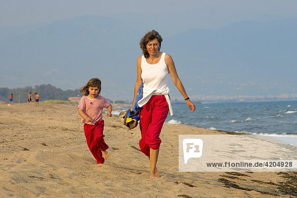 Frau mit Kind am Strand  Peloponnes  Griechenland Frau mit Kind am Strand, Peloponnes, Griechenland