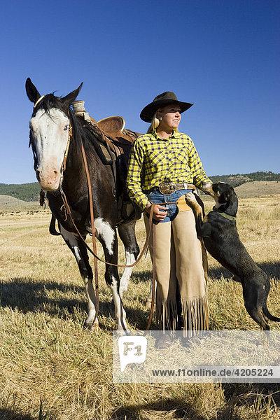 Cowgirl mit Pferd und Hund  Oregon  USA