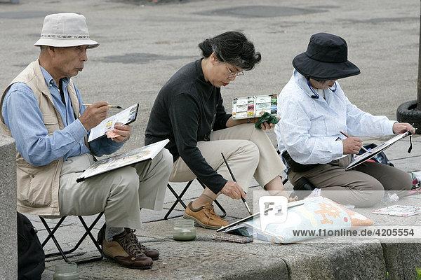 Japaner sitzen am Vieux Bassin und malen . Honfleur  Calvados   Normandie   Frankreich   Europa