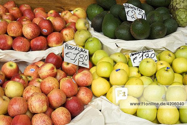 Früchte auf einem Marktstand  Portugal