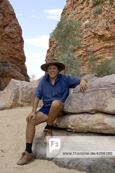 Bush walk mit halb Aboriginal Bob Tailer  Simpsons Gap  West Mac Donell National Park  Alice Springs  Northern Territory  Australien