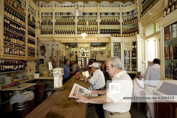 Spanier liest Zeitung in der typisch spanischen Bar El Rinconcillo  Sevilla  Andalusien  Spanien